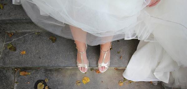 華奢で健康的な脚が生えるウェディング姿の女性