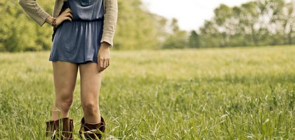 草原の中で綺麗な脚を出している女性