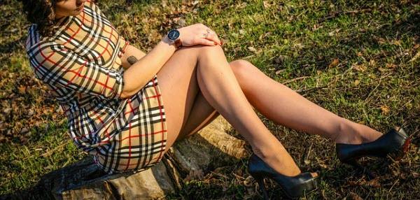 スカートが似合う健康的な太ももの女性