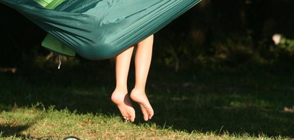 ハンモックからこぼれる綺麗な女性の足