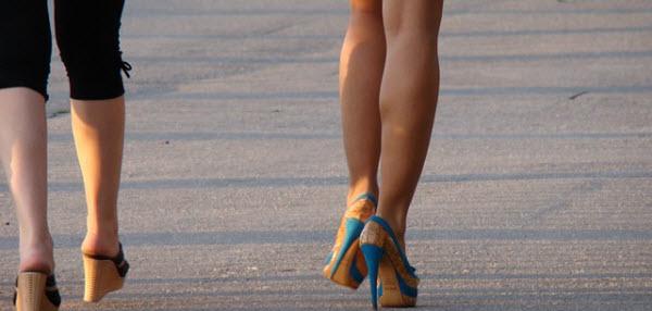 街を歩く美しい足の女性