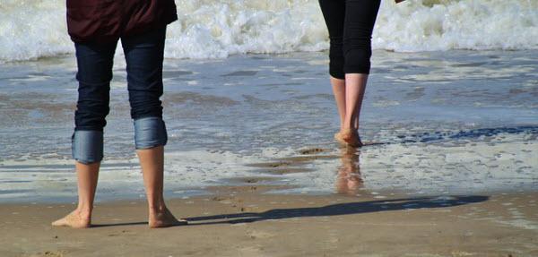 海岸を歩く2人の女性