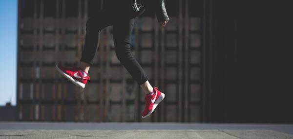 空を跳びはねる女の子