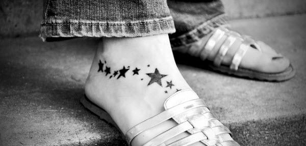 足の甲にお洒落をしている女性